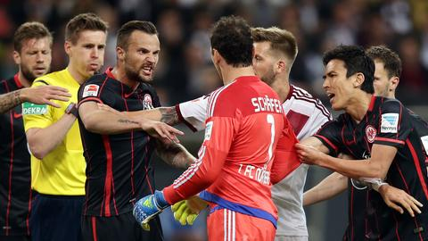 Die Emotionen kochen hoch: Rudelbildung im Heimspiel der Eintracht gegen Nürnberg.