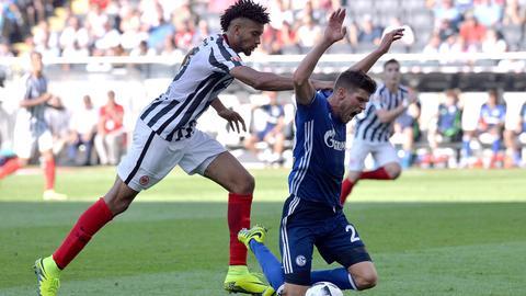 Eintracht-Verteidiger Michael Hector foult Schalkes Huntelaar.