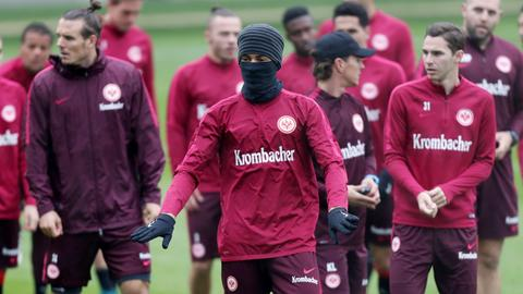 Michael Hector vermummt im Eintracht-Training
