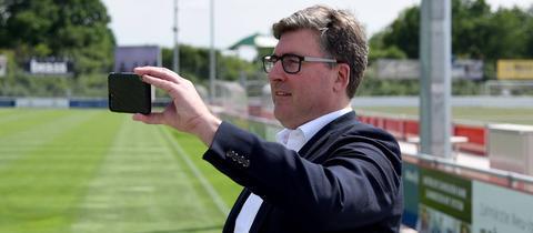 Axel Hellmann mit Handy