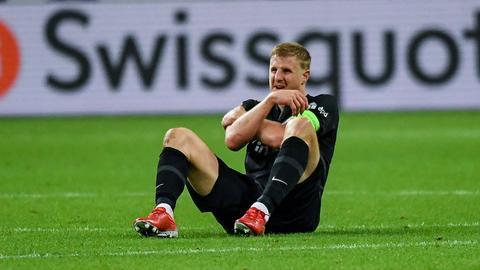Martin Hinteregger liegt im Spiel gegen Fenerbahce verletzt am Boden.