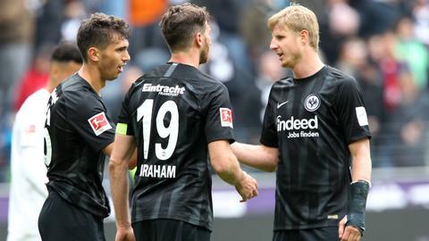 Lucas Torro, David Abraham und Martin Hinteregger nach dem Spiel gegen die Hertha.