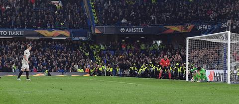 Martin Hinteregger scheitert mit dem vierten Elfmeter der Eintracht an Chelseas Torhüter Kepa.