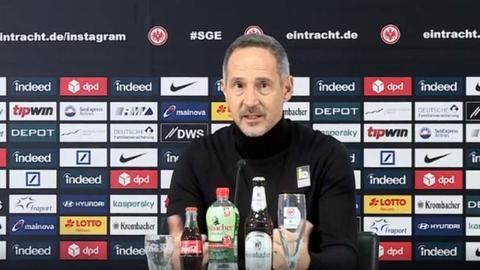 Adi Hütter auf der Pressekonferenz vor dem Spiel in Freiburg.