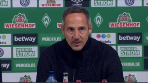 Adi Hütter auf der Pressekonferenz nach dem Spiel in Bremen