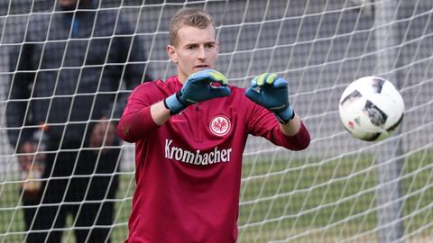 Lukas Hradecky fängt im Training einen Ball.