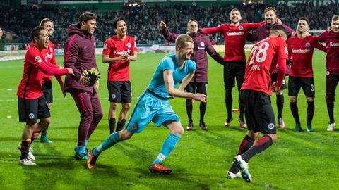 Lukas Hradecky jagt Siegtorschütze Aymen Barkok nach dem Bremen-Spiel hinterher.
