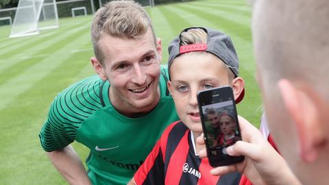 Hradecky posiert mit einem Jungen für ein Foto.