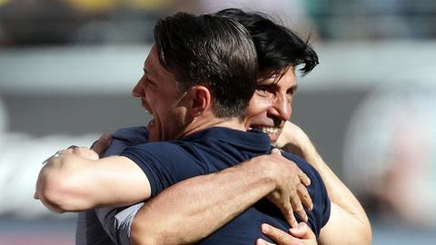 Bruno Hübner und Niko Kovac liegen sich in den Armen.