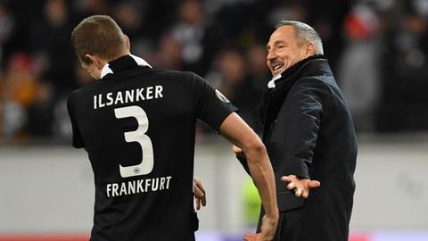 Adi Hütter und Stefan Ilsanker herzen sich nach dem Sieg über Salzburg.