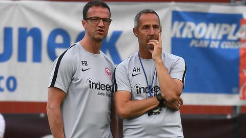 Sportvorstand Fredi Bobic (li.) und Trainer Adi Hütter haben im Kader noch einige Baustellen zu beackern.