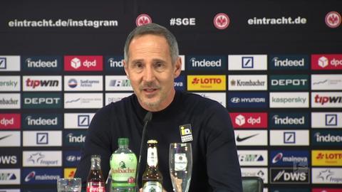 Adi Hütter in der Pressekonferenz nach dem Spiel gegen Bayern