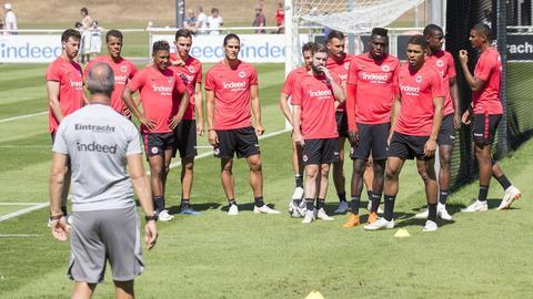 Adi Hütter beäugt seine Spieler im Training