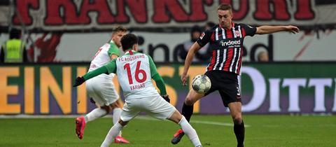 Stefan Ilsanker von Eintracht Frankfurt im Zweikampf mit Ruben Vargas (FC Augsburg)