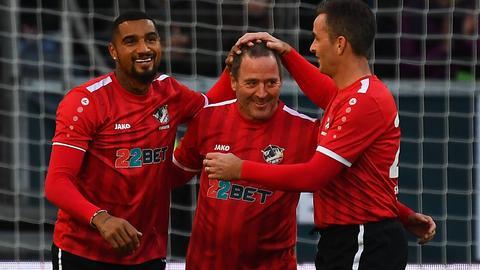 Die Eintracht-Allstars feiern Torschütze Uwe Bein