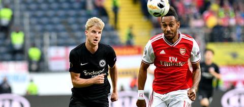 Arsenals Pierre-Emerick Aubameyang im Duell mit Martin Hinteregger