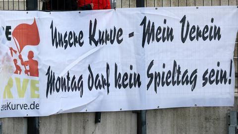 """Banner: """"Gegen Montagsspiele"""""""