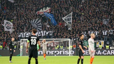 """Eintracht-Fans halten ein Banner hoch auf dem """"Fick Dich Beuth"""" steht"""