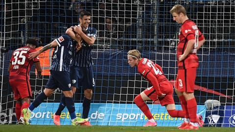 Bochum bejubelt das 2:0, die Eintracht-Spieler sind enttäuscht.