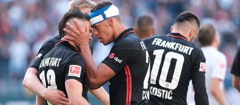 Timothy Chandler und Rafael Borre von Eintracht Frankfurt