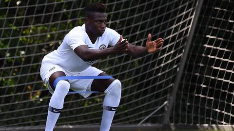 Danny da Costa absolviert Stretching-Übungen