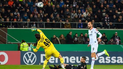 Bas Dost lupft den Ball über den Torwart.