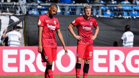 Hängende Köpfe bei den Eintracht Spielern Djibril Sow und Martin Hinteregger nach dem Aus im DFB-Pokal.