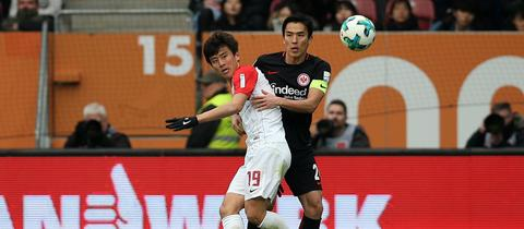 Makoto Hasebe im Zweikampf mit Ja-Cheol Koo