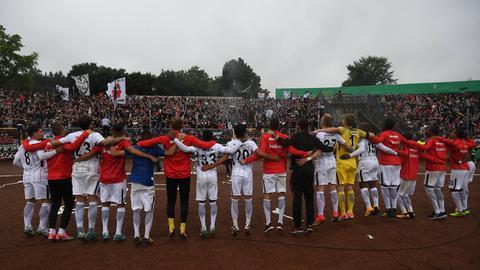 Die Eintracht feiert mit den Fans