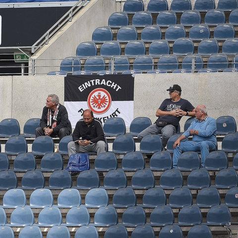 Fans von Eintracht Frankfurt auf der Tribüne
