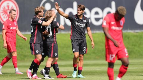 Die Eintracht bejubelt ein Tor gegen Gießen.