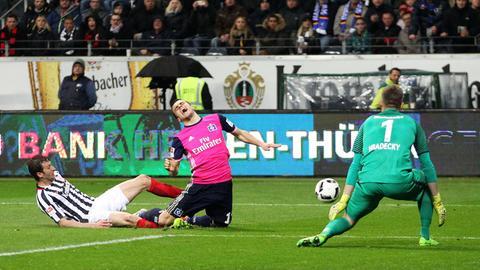 David Abraham foult Kostic vom HSV