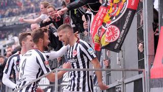 Eintracht-Spieler jubeln mit Fans