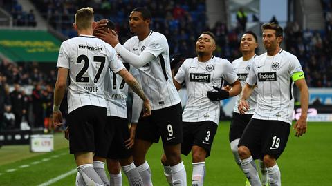 Die Eintracht bejubelt das 1:0 in Sinsheim.