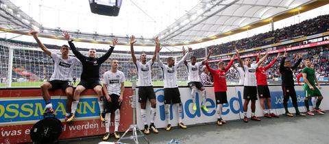 Die Spieler der Eintracht jubeln mit den Fans