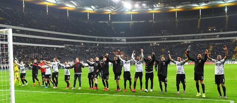 Die Eintracht bejubelt den Einzug ins Pokal-Halbfinale