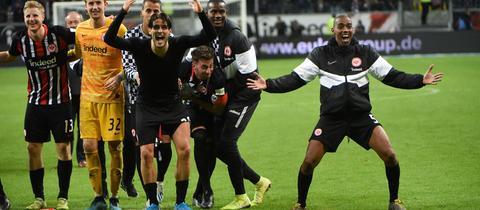 Eintracht Frankfurt bejubelt den Sieg gegen Leverkusen