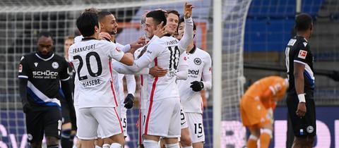 Eintracht Frankfurt bejubelt den Sieg in Bielefeld