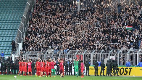 Die Eintracht lässt sich von ihren Fans feiern.
