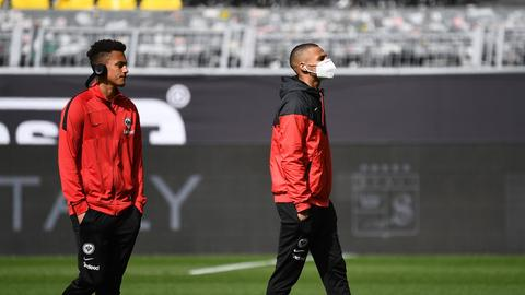 Die Spieler der Eintracht mit Maske.