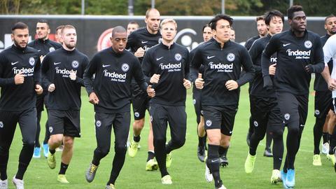 Die Eintracht-Spieler bei einer Laufeinheit beim Training.