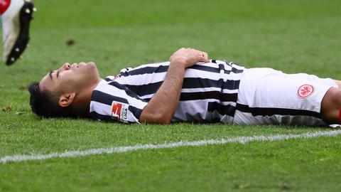 Marco Fabian liegt enttäuscht am Boden