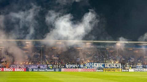 Fans von Darmstadt 98 im Stadion am Böllenfalltor