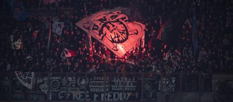 Eintracht-Fans zünden in Mailand Pyro.