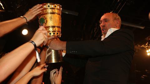 Peter Fischer mit DFB-Pokal im Gibson