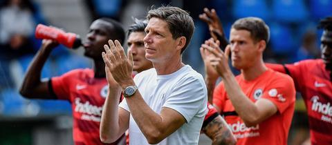 Eintracht-Trainer Oliver Glasner applaudiert den mitgereisten Fans nach dem Pokal-Aus in Mannheim