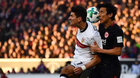 Mario Gomez im Duell mit Makoto Hasebe