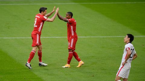 Hasebe und jubelnde Bayern-Spieler
