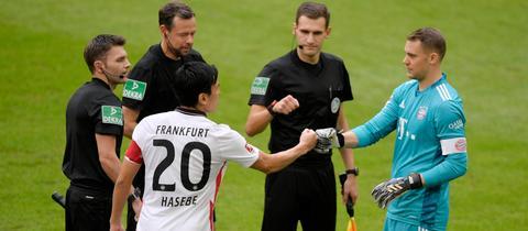 Makoto Hasebe bei der Platzwahl mit Manuel Neuer