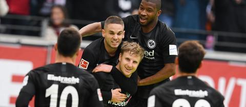 Hinteregger bejubelt seinen Treffer für die Eintracht